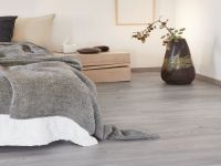 Grauer Vinylboden im Schlafzimmer verlegt